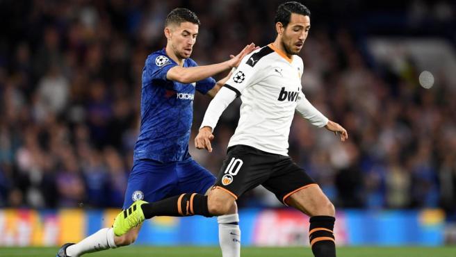 Parejo presionado por Jorginho en el Chelsea - Valencia.