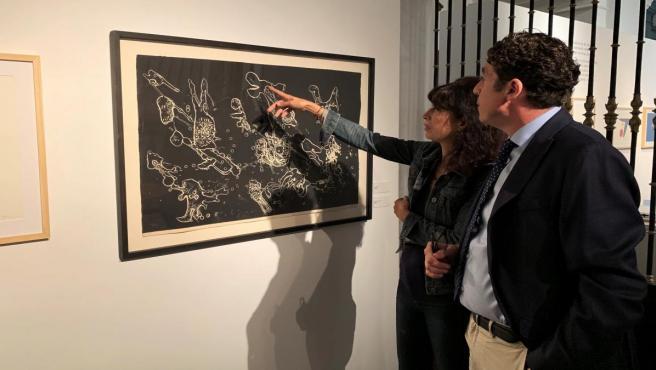 La concejal de Cultura, Ana Redondo, y el comisario de la exposición, Óscar Carrascosa, visionan una de la obras de la muestra 'Miró y Brossa. 100 años', que se puede visitar en la sala de Exposiciones de las Francesas, en Valladolid.