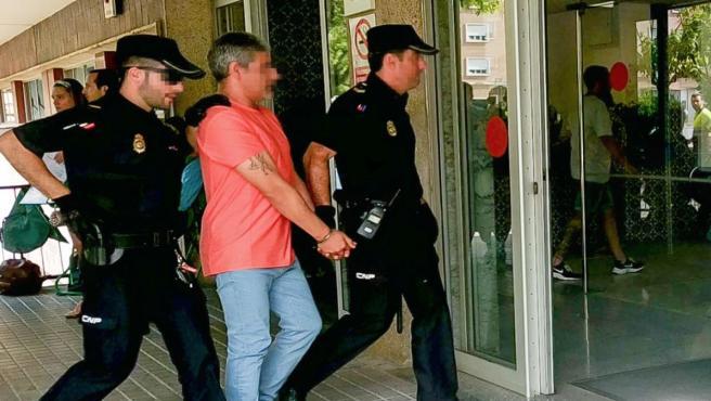 Efectivos de la Policía acompañan a Bernardo Montoya a hacerse una prueba hospitalaria.