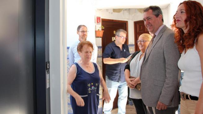 El alcalde, Juan Espadas, visita a los vecinos de la plaza de San Gabriel 2, que han estrenado ascensor.
