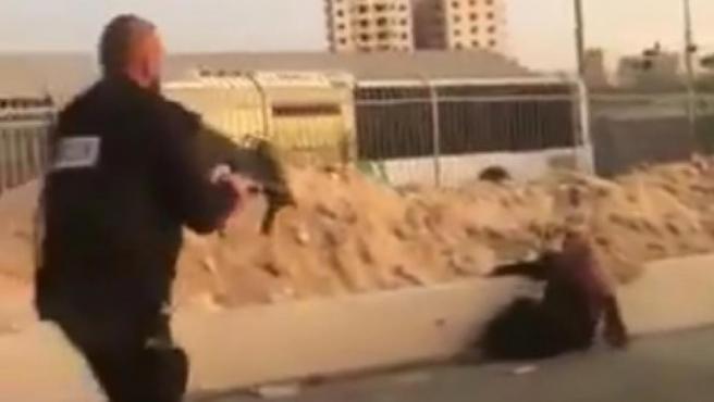 Captura de un vídeo en el que puede verse un agente de seguridad israelí disparando a una mujer palestina en el control israelí de Qalandia, en Cisjordania.