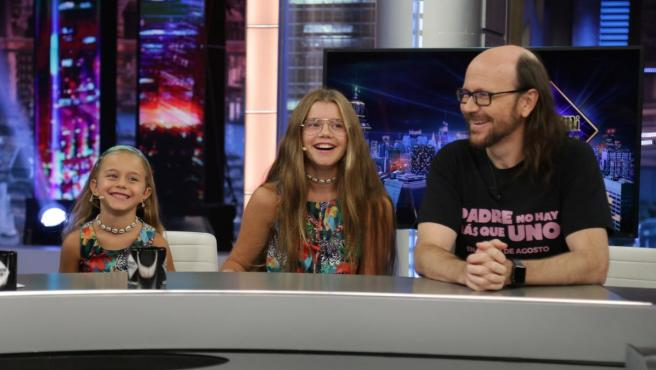Santiago Segura, con sus hijas Sirena y Calma, en 'El hormiguero'.