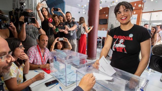 La líder de Podemos Andalucía, Teresa Rodríguez, ejerce su derecho al voto en el colegio La Salle-Viña de Cádiz