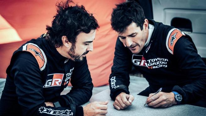 Fernando Alonso y Marc Coma repasan notas antes de la Lichtenburg 400.