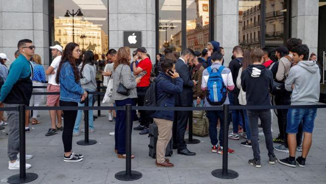 Cola ante la tienda Apple de Puerta del sol de Madrid para hacerse con el nuevo iPhone 11.