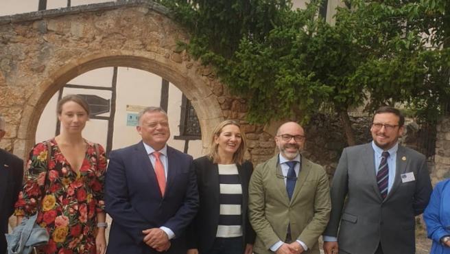 Ortega (2D) junto al alcalde de Covarrubias y otros invitados al Día del Turismo en Covarrubias.