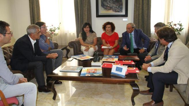La vicepresidenta de la Diputación de Huelva, María Eugenia Limón, con empresarios inmobiliarios.
