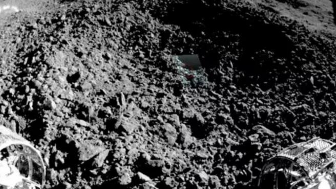 Primera imagen del raro material hallado en la cara oculta de la Luna.