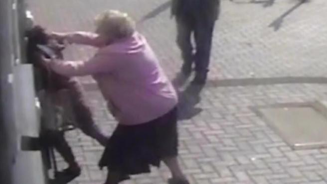 Doreen Jones, una anciana británica, se defiende cuando intentaba ser atracada en un cajero.