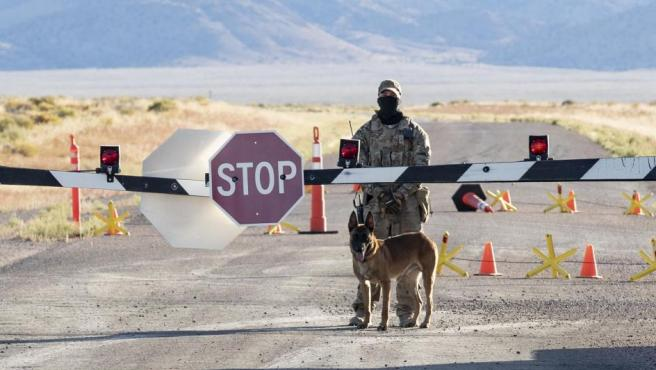 Un solo agente militar y su perro especializado fueron suficientes, apostados en la entrada a la base, para evitar que alguno de los asistentes quisiera ingresar al lugar.