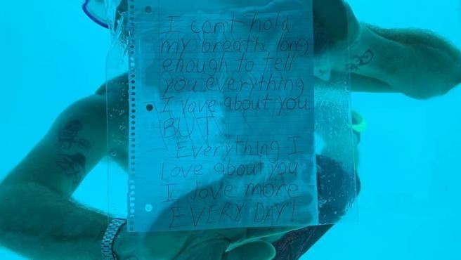 Imagen de Steven Weber durante la proposición de matrimonio, minutos antes de fallecer ahogado.