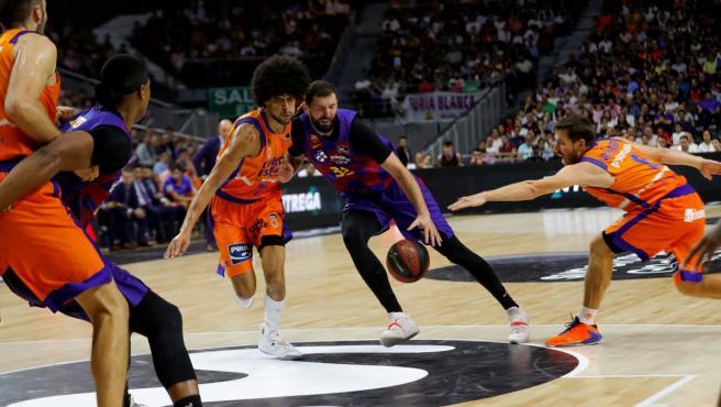 Nikola Mirotic entra a canasta rodeado por jugadores del Valencia Basket.