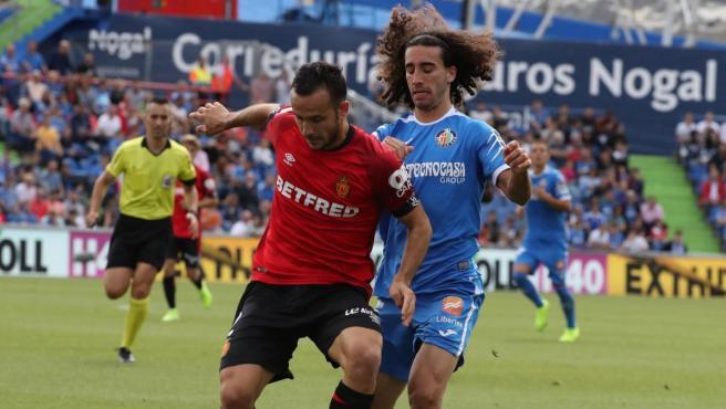 Joan Sastre pugna por un balón con Marc Cucurella durante el Getafe-Mallorca.