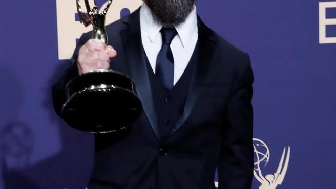 Peter Dinklage, con el premio Emmy 2019 al mejor actor de reparto por su papel en la serie 'Juego de Tronos'.