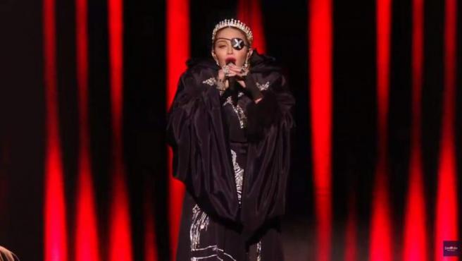 Madonna interpreta Like a prayer en Eurovisión.
