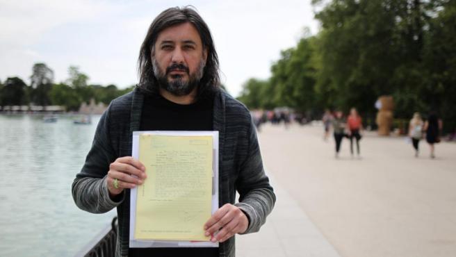 Francisco Javier Sacristán, residente en Egipto, muestra el escrito presentado ante el Ministerio de Exteriores español en el que denuncia que su exmujer no le deja ver a su hija.