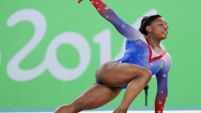 <p>Está considerada la mejor gimnasta de la actualidad, pero su infancia no fue sencilla. La estadounidense y su hermana fueron adoptadas por su abuela y la deportista fue educada en casa para poder adaptarse a su exigente horario de entrenamientos.</p>