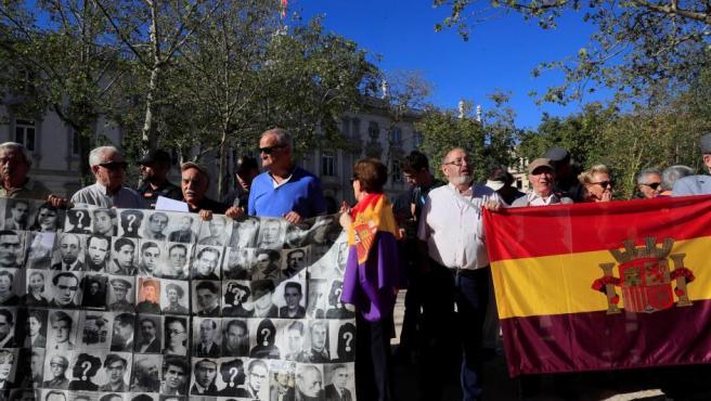 Varias personas de diversas organizaciones que respaldan la campaña #NiValleNiAlmudena se concentran frente al Tribunal Supremo.