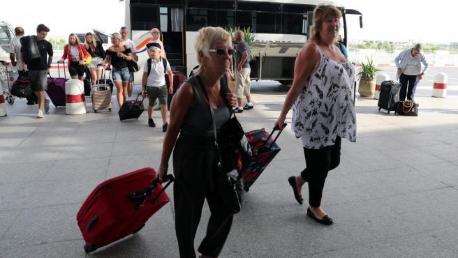 Turistas británicos, que volaban con Thomas Cook, llegan al Aeropuerto Internacional de Túnez.