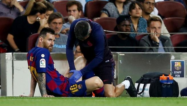 Leo Messi es atendido durante el partido de LaLiga contra el Villarreal.