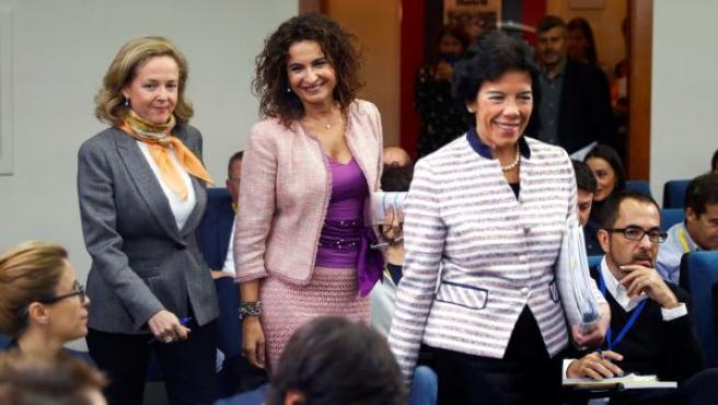 Las ministras de Hacienda María Jesús Montero , la portavoz Isabel Celaá y la ministra de Economía Nadia Calviño.