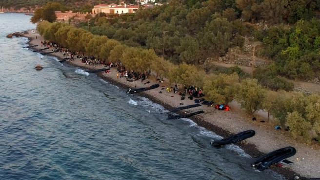 Una imagen tomada por un avión no tripulado muestra trece lanchas neumáticas con migrantes que llegaron a la Isla de Lesbos (Grecia). Un total de 547 personas desembarcaron en la isla, incluidos 177 hombres, 124 mujeres y 246 niños.