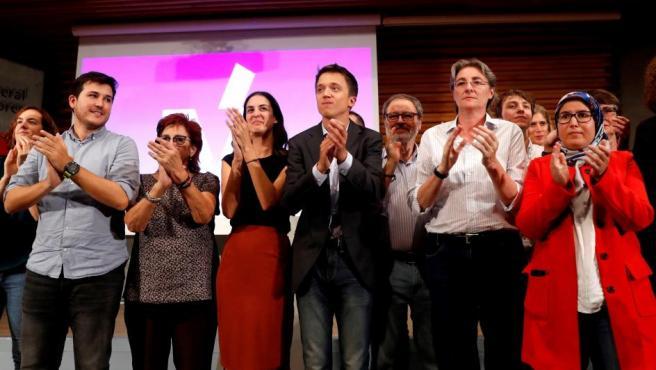 Errejón (5i), junto a la coportavoz del grupo, Rita Maestre (4i), entre otros, finalizar la asamblea.