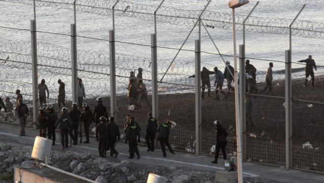 Vista general del lugar donde los inmigrantes subsaharianos murieron intentando entrar en Ceut.