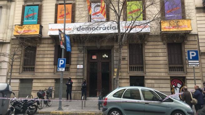 Sede de Òmnium en Barcelona durante un registro de la Guardia Civil.
