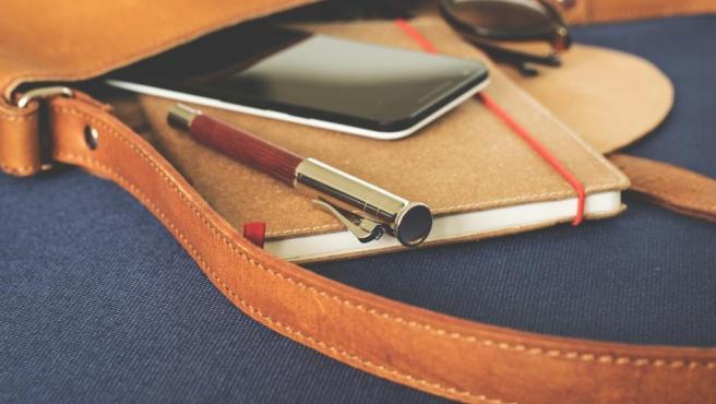 El tomar notas en la entrevista de trabajo hará que los reclutadores se formen una buena imagen de ti y ayudará a tu candidatura. Usa el cuaderno para apuntar las cosas más importantes y lo que te gustaría responder. Lleva varios bolis por si alguno deja de funcionar.