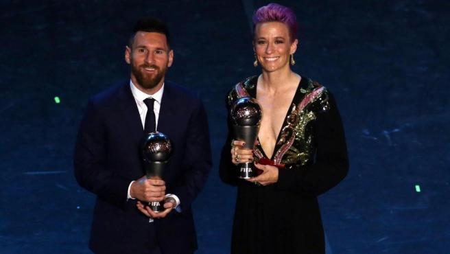 Leo Messi y Megan Rapinoe fueron galardonados como los mejores futbolistas del año en los premios 'The Best' de la FIFA.