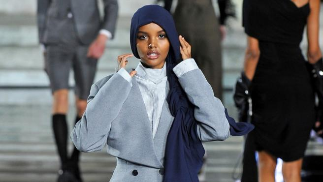 Halima Aden desfilando en Florencia.