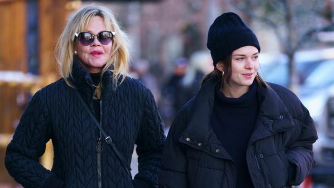 Melanie Griffith pasea junto a su hija Stella del Carmen.