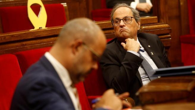 El presidente de la Generalitat, Quim Torra (d) y el conseller de Interior, Miquel Buch (i), durante la segunda jornada del debate de política general.