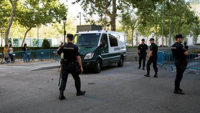 Un vehículo de la Guardia Civil en el traslado de siete miembros de los Comités de Defensa de la República (CDR).