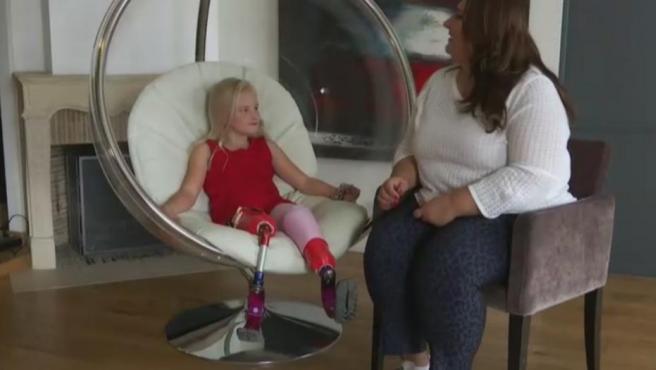 A sus 9 años, Daisy tiene piernas protésicas, pero eso no va a impedir que se convierta en la primera doble amputada en desfilar en la Semana de la moda de París.