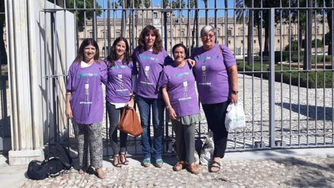Patricia Cervera, en el centro, este jueves en el Parlamento andaluz.