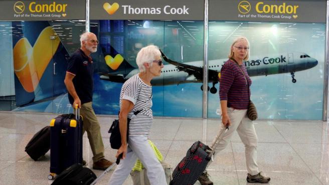 Turistas frente al puesto de información de Thomas Cook en el aeropuerto de Palma de Mallorca.