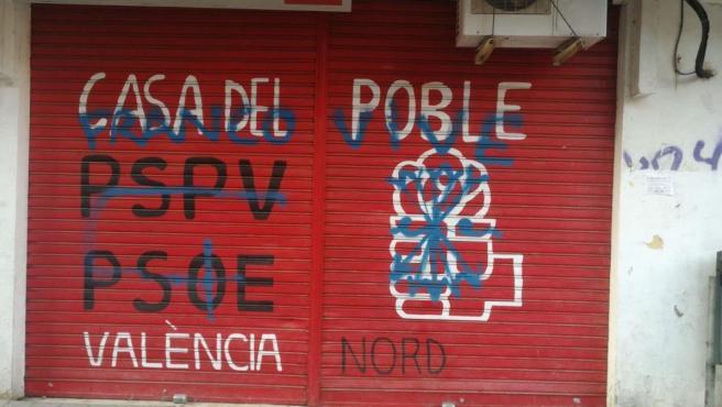 """Pintadas de """"Franco vive"""" en la sede socialista València Nord."""