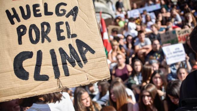 Cientos de personas participan en una concentración convocada en Bilbao por diversos colectivos sociales con motivo de la 'Huelga Mundial por el Clima'.