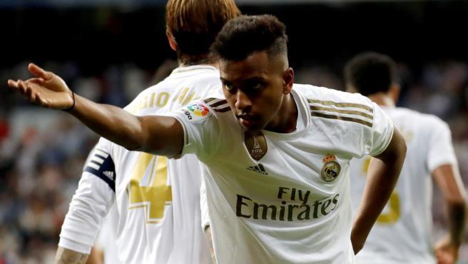 Rodrygo celebra su primer gol oficial con el Real Madrid en el Bernabéu.