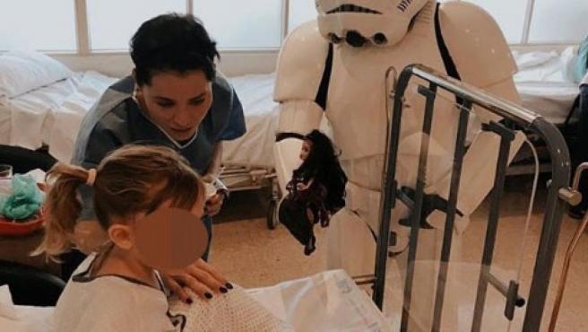 Soraya Arnelas, junto a su hija Manuela en el hospital.