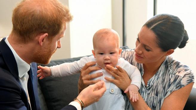 Los duques de Sussex, el príncipe Harry y Meghan Markle, posan con su hijo Archie durante su viaje oficial a Sudáfrica.