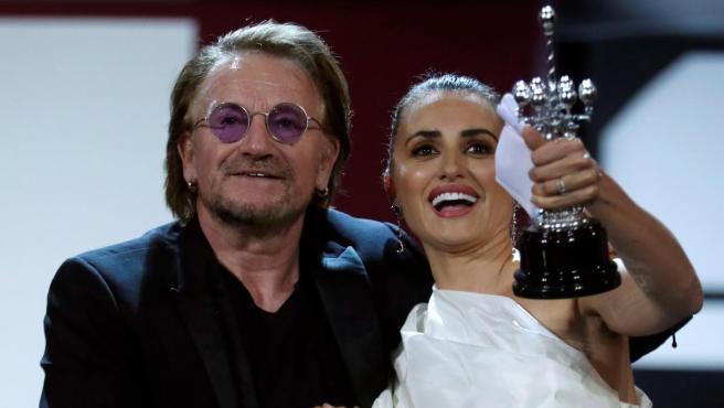 La actriz Penélope Cruz recibe el premio Donostia de manos del cantante irlandés Bono en el Festival de Cine de San Sebastián.