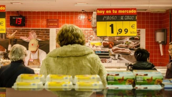 Personas esperan su turno en una carnicería.