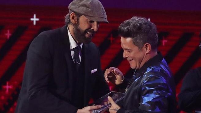 El cantante español Alejandro Sanz recibe el reconocimiento Persona del Año de manos del cantante dominicano Juan Luis Guerra, durante los XVIII Premios Grammy Latino, celebrados en el MGM Grand Garden Arena de Las Vegas (EE UU).