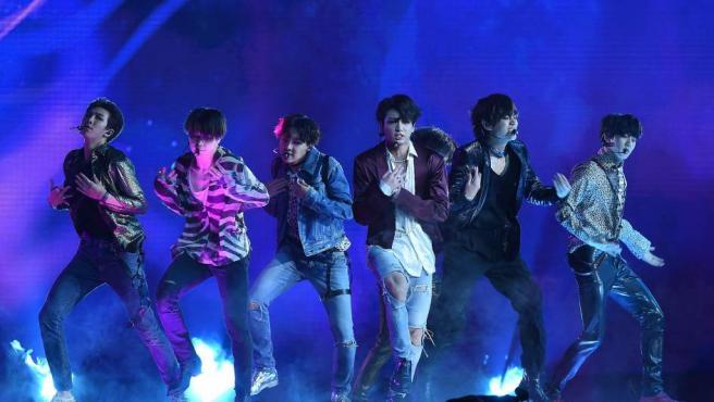 Imagen del grupo BTS en un concierto.