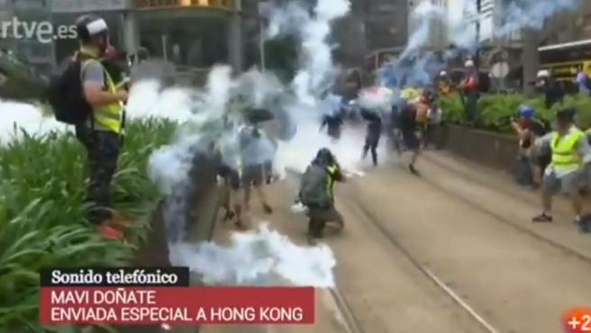 Imágenes captadas por el equipo de TVE de los disturbios en Hong Kong durante una conexión en directo de la corresponsal Mavi Doñate.