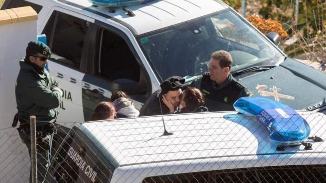 Los padres de Julen Roselló, junto a la Guardia Civil en los días de la búsqueda del menor.
