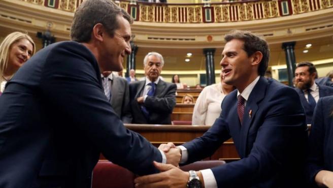Pablo Casado y Albert Rivera en el Congreso de los Diputados.